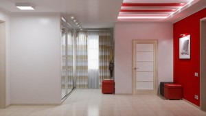 Комбинирование красной прихожей и белого коридора