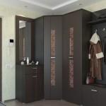 Сочетание в прихожей черного цвета мебели и светлых обоев