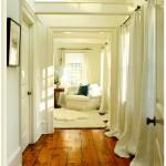 Белый цвет прихожей с длинными шторами