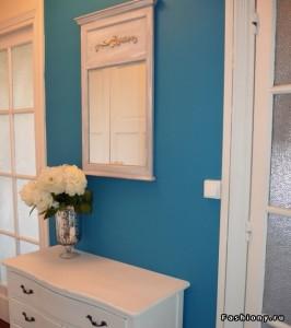 Матовая синяя прихожая с белой дверью и мебелью