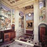 Роспись на стенах с лепниной для стиля ренессанс в прихожей