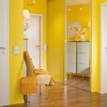 Яркий сочный желтый цвет в оформлении прихожей