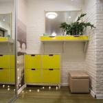 Яркая мебель желтого цвета в прихожей