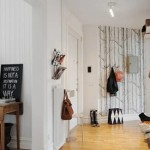 Белая просторная прихожая с темным декором для скандинавского стиля