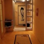Строгий инерьер в прихожей с элементами японского стиля