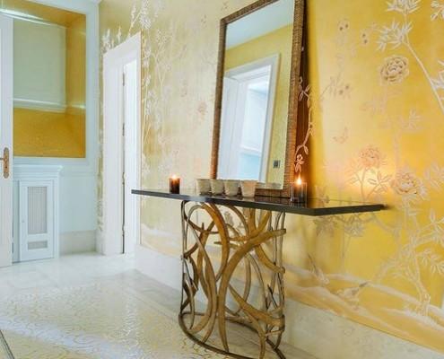 Красивый дизайн прихожей в желтом цвете с узорами
