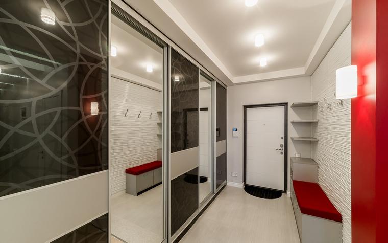 Глянцевый шкаф-купе в стиле хай-тек для прихожей