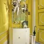 Красивая бледно-желтая прихожая с белой мебелью