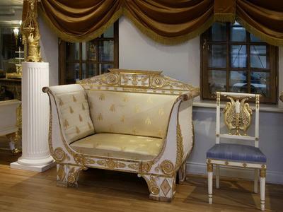 Небольшой диван в белом цвете с позолотой для стиля ампир установленный в прихожей