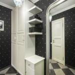 Черная отделка в прихожей с белой мебелью
