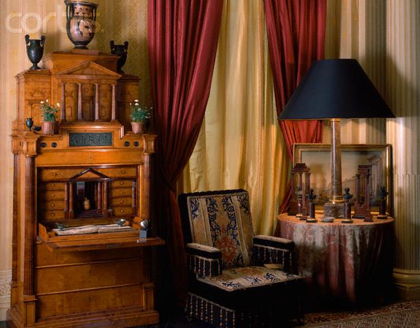 Приятный цветной текстиль для прихожей оформленной в стиле ренессанс