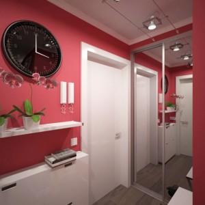 Уютная прихожая оформленная в красном цветес зеркальным шкафом купе