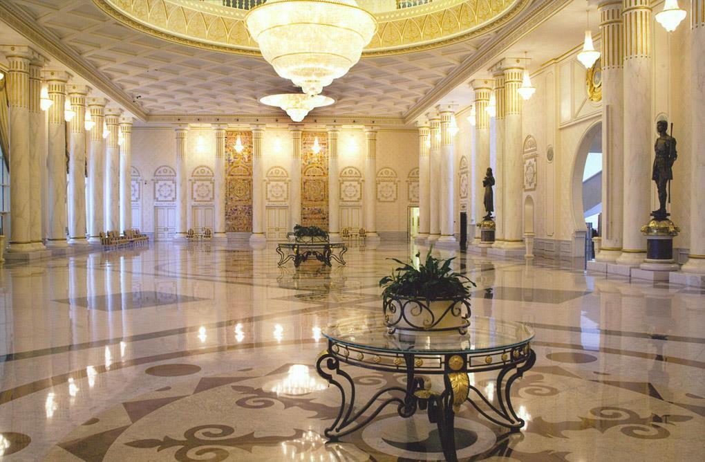 Шикарная прихожая с колоннами и огромной люстрой в стиле ренессанс