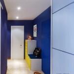 Прихожая в насыщенном синем цвете с желтой мебелью
