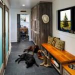 Домашний уютный интерьер прихожей в оформлении кантри