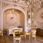 Позолота в оформлении стен и мебели для стиля ренессанс в прихожей с высокими потолками