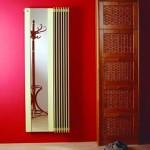 Темная красная отделка в прихожей с необычным зеркалом