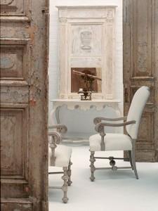 Эффект состаривания на входных дверях в прихожей для стиля ренессанс
