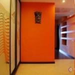 Аксессуары для оранжевой стены в прихожей