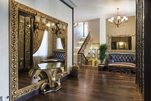 Огромное зеркало оформленное в позолоте для прихожей в стиле ампир