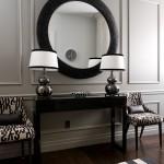 Круглое зеркало и столик для черной прихожей