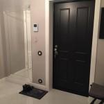 Черная дверь из металла для квартиры