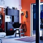 Черная мебель и оранжевая отделка в прихожей