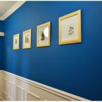 Оформление стен фоторамками в синей прихожей
