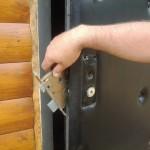 Демонтаж замка входной двери из металла для ремонта