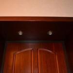 Два светильника как подсветка для входной двери