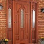 Дверь входная коричневая со стеклянными вставками