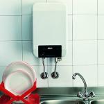 Электрический проточный водонагреватель над раковиной
