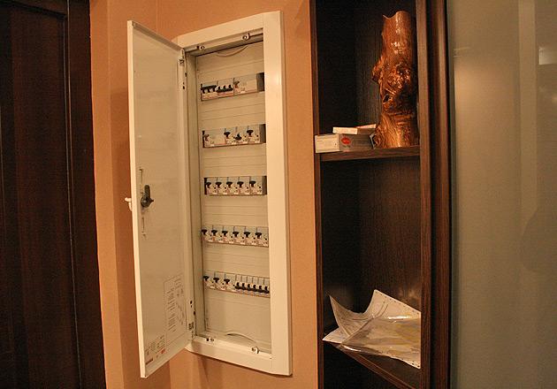 Электрический счетчик скрытый внутри стены