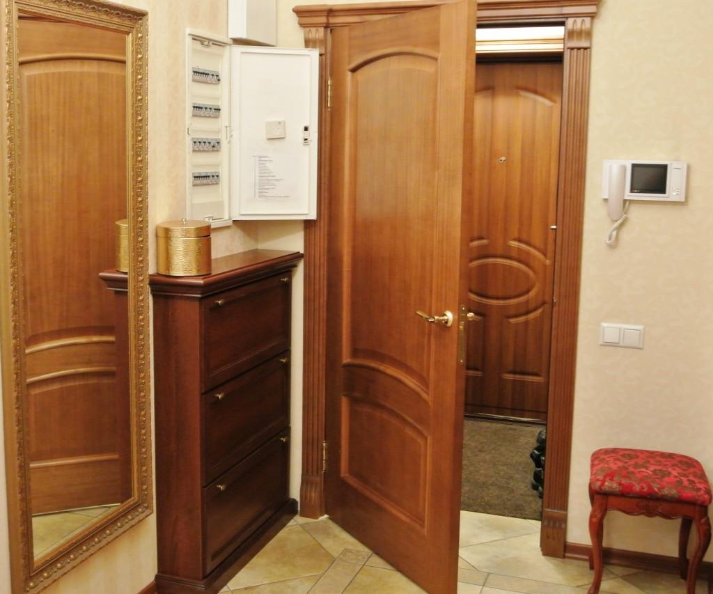 Электрический счетчик скрытый за дверью шкафчика в стене