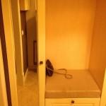 Электрический счетчик внутри шкафа купе в прихожей