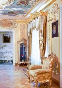Королевский дизайн прихожей в оформлении ампир стиля