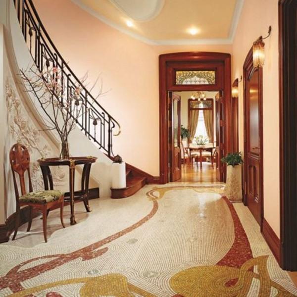 Глянцевый пол с декором для стиля можерн в просторной в прихожей