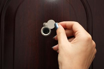 Глазок с задвижкой для входной металлической двери