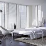 Горизонтальные белые жалюзи для светлой гостиной