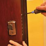 Качественный ремонт для замка входной двери из металла