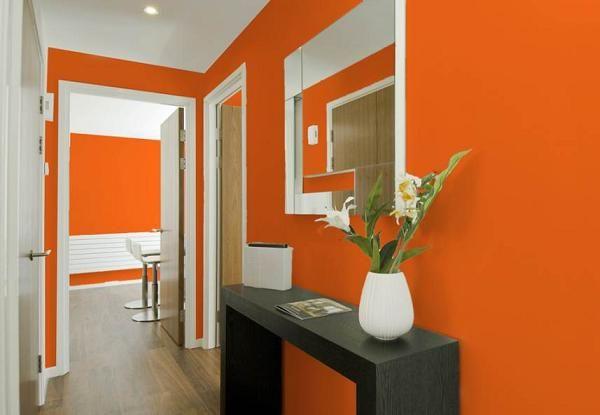 Красивый оранжевый интерьер прихожей