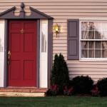 Красная входная дверь с позолоченной фурнитурой