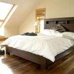 Кровать из массива дерева как самый долговечный вариант