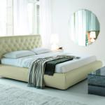 Кровать с тканевой обшивкой в светлом тоне