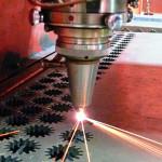 Лазер разрезает толстый лист металла