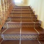 Лестница внутри дома с облицовкой из кермогранита