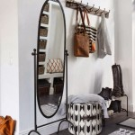 Круглое зеркало на подставке для скандинавского стиля в прихожей