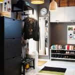Простой дизайн светлой прихожей с черными цветами в интерьере