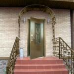 Металлические входные двери со стеклянными вставками
