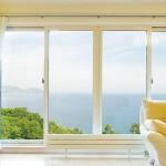 Металлопластиковый профиль окна в интерьер желтой гостиной